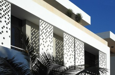 4 Houses find shade from Saudi sun with sliding Islamic shutters