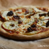 Apple, goat cheese and caramelized onions pizza