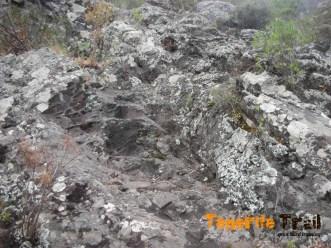 Detalle sendero labrado en roca después del barranco subida al Batán