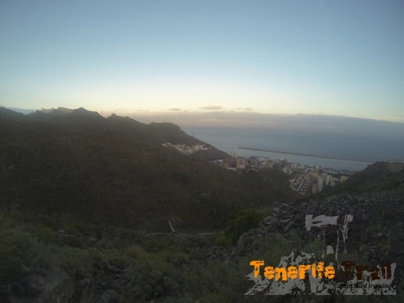 Al fondo vista del Puerto y residencial Anaga