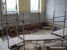 Der Zustand des Klassenzimmers während der Freilegung der Gräber