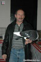 Der Züchter Pinczker Hans aus Untersiebenbrunn zeigt seinen Norwich Kröpfer
