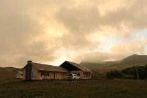 De lodge in het park werd in de jaren '70 gebouwd door de eerste minister van Lesotho. Nu verleent ze onderdak aan vermoeide reizigers, maar pas op: de lodge heeft geen elektriciteit of eten in de aanbieding.