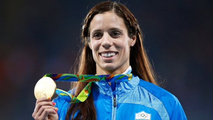 epa05503589 Ekaterini Stefanidi of Greece poses with her gold medal on the podium after winning the women's Pole Vault final of the Rio 2016 Olympic Games Athletics, Track and Field events at the Olympic Stadium in Rio de Janeiro, Brazil, 20 August 2016.  EPA/YOAN VALAT
