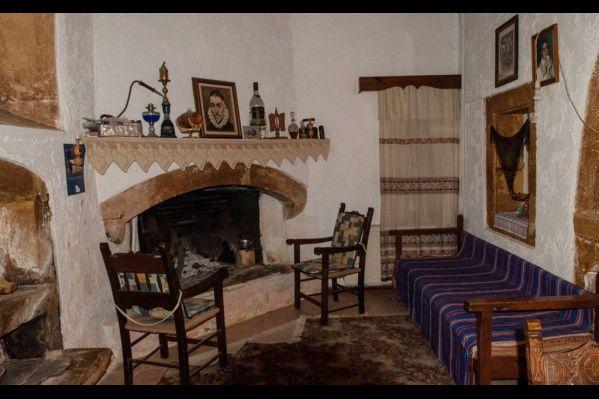 Το εσωτερικό ενός Κρητικού σπιτιού «σήμερα στο Μούνδρο». Διατηρείται όπως κτίστηκε στα τέλη του 19ου αιώνα. Αριστερά διακρίνεται «μισός στη φώτο» ο νεροχύτης με τον λαϊνοστάτη. Στη μέση της εικόνας διακρίνεται το τζάκι - μαγειρείο, οι καρέκλες, και ο καναπές, όλα Κρητικής λαϊκής κατασκευής. Η εικόνα που παίρνεις σήμερα  από το χωριό αυτό είναι ότι ο χρόνος έχει σταματήσει σε αυτό το χωριό κάτι αιώνες τώρα. Δεν είναι μεγάλο πολιτιστικό έγκλημα να χαθούν όλα αυτά;