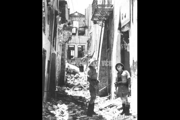 Γερμανοί επιθεωρούν τις καταστροφές που προκάλεσαν οι αεροπορικές επιδρομές στην οδό Καντανολέων