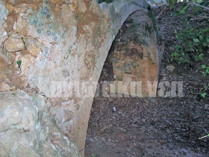 Η μικρή ενετική γέφυρα καλά κρυμμένη ανάμεσα στα Πλατάνια στα Περιβόλια