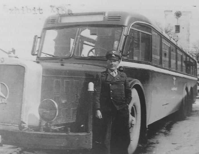 """Ένα από τα μπλε ταχυδρομικά λεωφορεία που μετέφεραν τους μελλοθάνατους στο Πύργο με τον οδηγό, υπαξιωματικό των Ες-Ες Χανς Λοτχάλερ. Το πρωτότυπο της φωτογραφίας φυλάσσεται σήμερα στα Εθνικά Αρχεία των ΗΠΑ (National Archives), στον φάκελο """"Υποθέσεις Εγκλημάτων Πολέμου"""", καθώς είχε χρησιμοποιηθεί ως πειστήριο για τα όσα διαπράχθηκαν στο Χάρτχαιμ."""