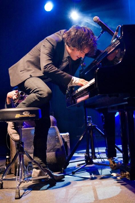 Jamie Cullum tijdens een optreden op GentJazz. Canon EOS-1D Mark III • ISO 6400 • f/4 • 1/125 @ 47mm. © Hans Speekenbrink.