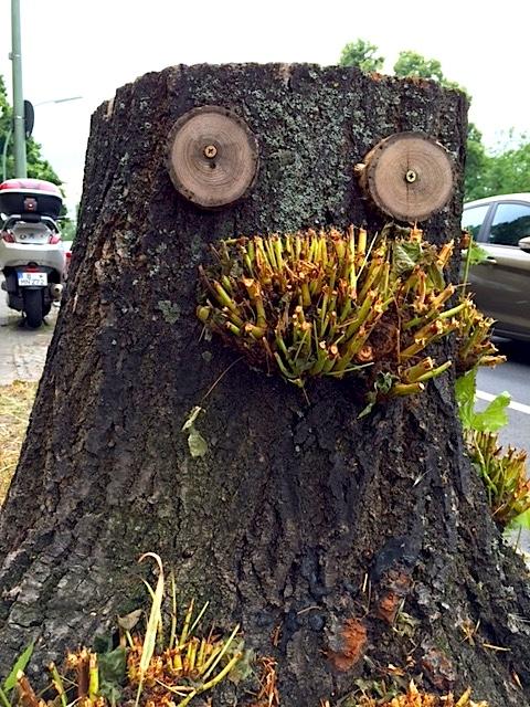 Baumstumpf zum Gesicht umgewandelt - Street Art in Berlin Steglitz