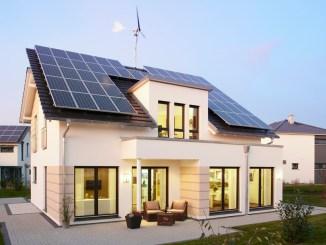 Beim Musterhaus Avenio von RENSCH-HAUS tragen eine Photovoltaikanlage und eine innovative Windkraftanlage zur positiven Energiebilanz des Hauses bei. (Bild: RENSCH-HAUS)