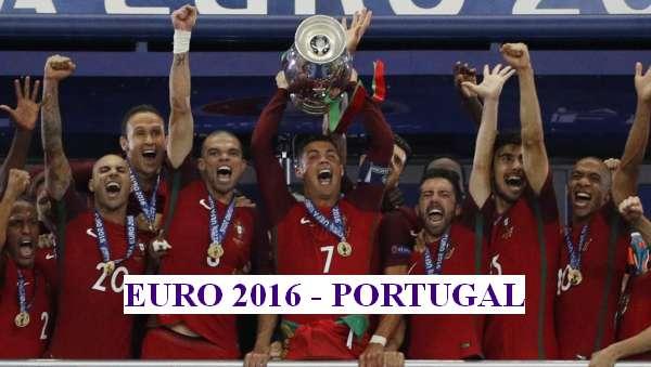 Đội tuyển Bồ Đào Nha giương cao Cúp vô địch bóng đá châu Âu 2016 - Stade de France, Pháp, 10/07/2016 REUTERS