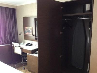 holiday inn brooklyn downtown room desk wardrobe