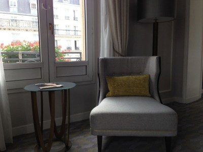 hilton-paris-opera-room-armchair-window-view-review