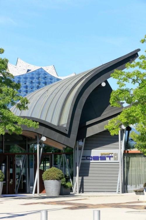Henke Dachdecker für Rinteln - Die komplexe Dach-Geometrie des Restaurants coast by east wurde mit einer Eindeckung aus Titanzink von VMZINC umgesetzt