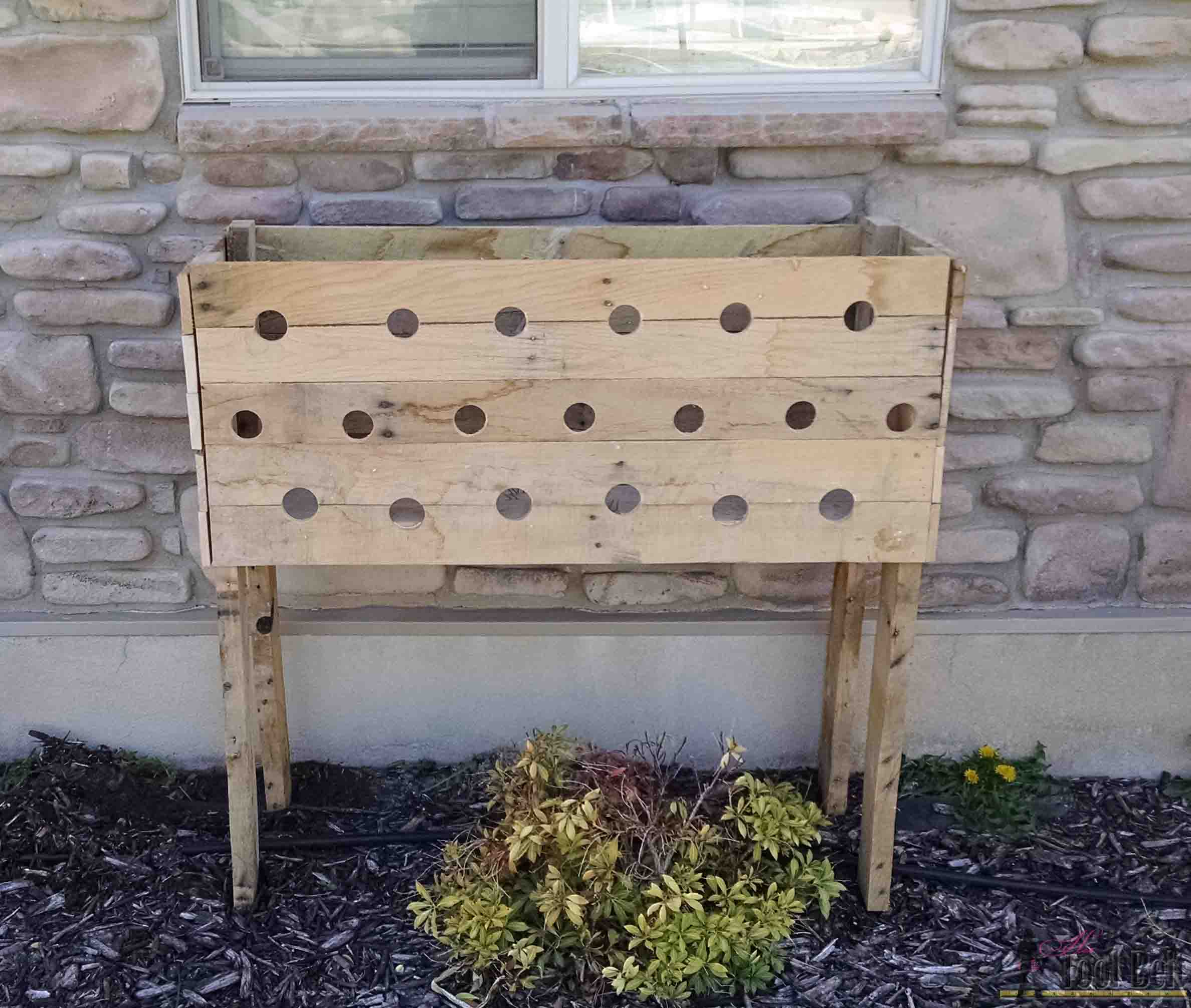 pallet planter box for cascading flowers her tool belt. Black Bedroom Furniture Sets. Home Design Ideas