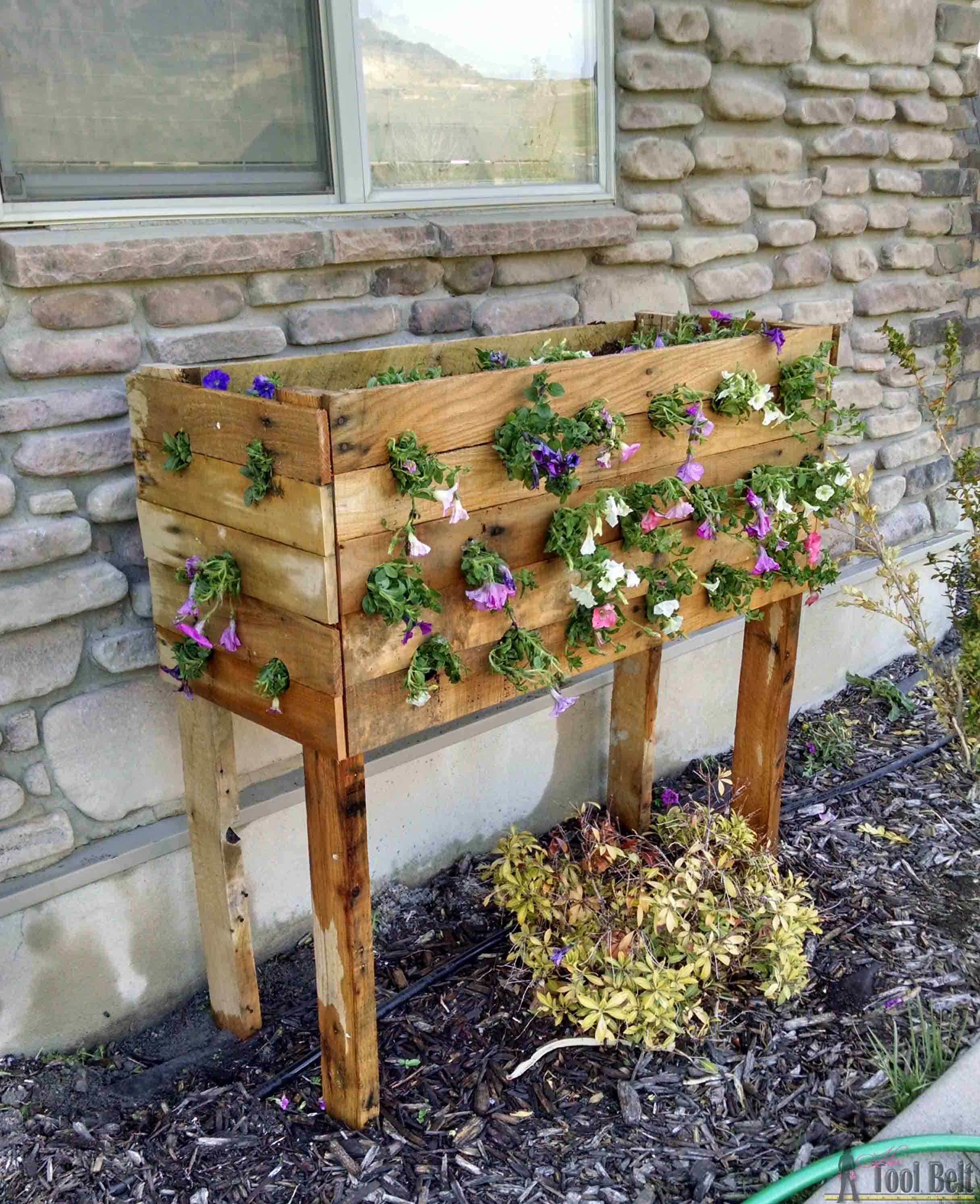 check out these flowers diy pallet planter box for those. Black Bedroom Furniture Sets. Home Design Ideas