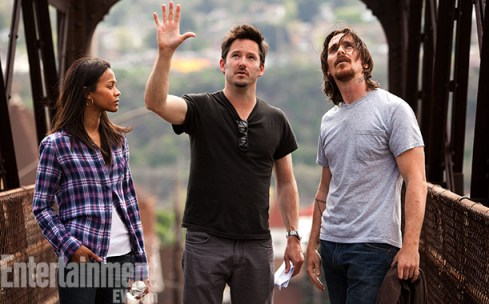 Zoe-Saldana-Scott-Cooper-and-Christian-Bale-on-set-of-Out-of-the-Furnace