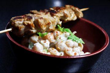 kichererbsen-salat-mit-sate-spiessen