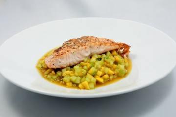 Gegrillter Lachs mit Gurken-Mango-Salat