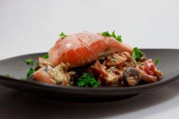 Lachs auf Tomaten-Oliven-Tapenade