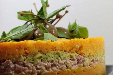Causa-Rellena-mit-Krabbenfleisch-und-Avocado