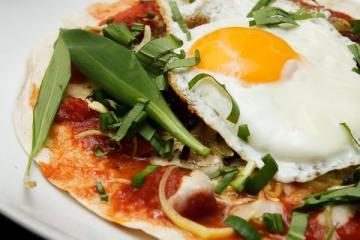 roesti-pizza-mit-ei-und-baerlauch