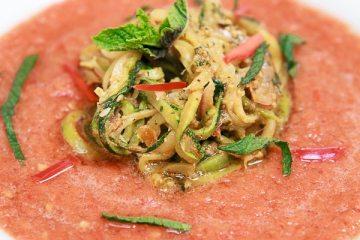 geeiste-gazpacho-mit-zucchini-nudeln-und-pesto-rosso-2