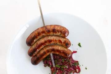schweinswuerste-vom-spiess-zwiebelchutney