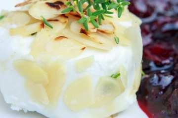 gegrillter-ziegenkaese-mandel-honig-huelle-heidelbeer-ragout