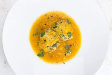 karotten-kardamom-suppe-mit-ricotta-kloesschen