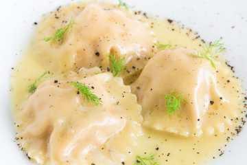 lachs-ravioli-limonen-beurre-blanc-fenchelgruen