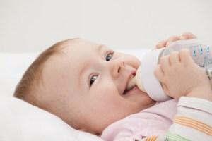 Baby schreit beim Trinken