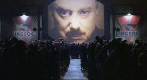 Escena de '1984', el filme de Michael Radford basado en el libro de George Orwell. La imagen de 'Big Brother', símbolo del totalitarianismo.