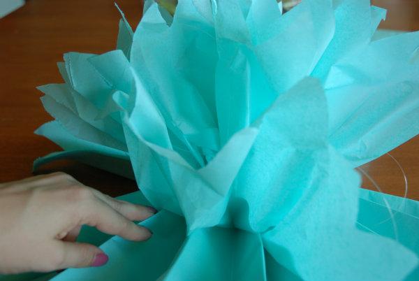 Fluffing tissue paper pom