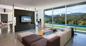 Decorating around the TV (4)