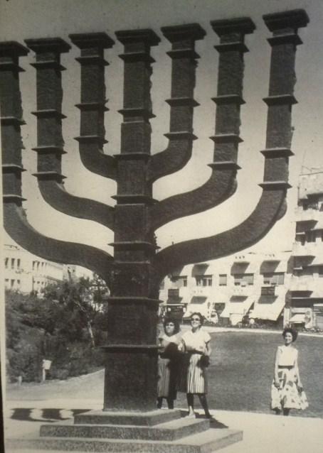 מנורת הכנסת ליד בית פרומין
