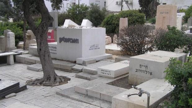 בית קברות טרומפלדור: קברי ח״נ ביאליק, חיים ארלוזורוב, ואחד העם צילום: Eman