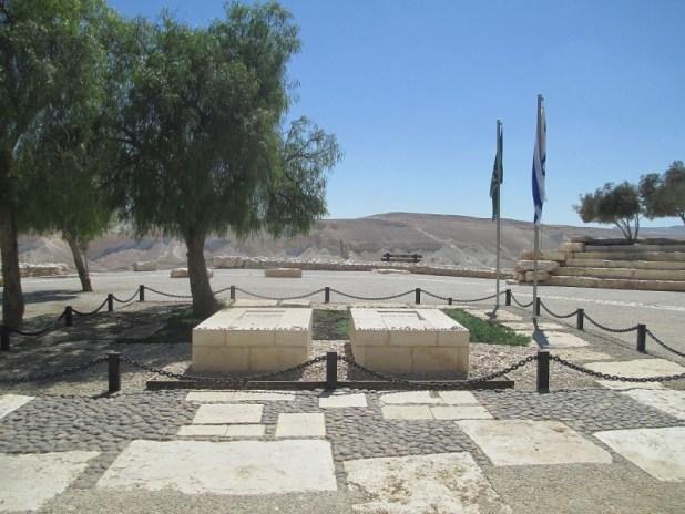מצבות דוד ופולה בן-גוריון כשסביבן רחבת הקבר, המשקיפה על נופו של נחל צין צילום: Avi1111 dr. avishai teicher
