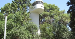 מגדל הגמל - עמדת שמירה ותצפית שנבנתה בשנים 1932–1935 בסגנון באוהאוס צורתה מזכירה גמל ומכאן שמה. המבנה שוקם ב-2003.