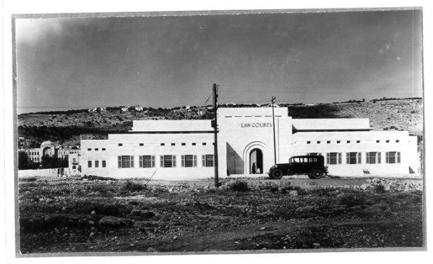 """בניין בית המשפט הישן, כחלק מ""""שדרת"""" הבניינים הגדולים של חיפה צילום: Joseph Schweig"""