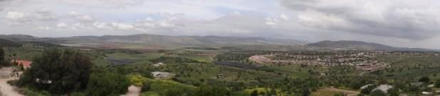 תצפית מעיר העתיקה ציפורי לעבר בקעת בית נטופה והר עצמון - מימין היישוב הושעיה. צילום: Hanay