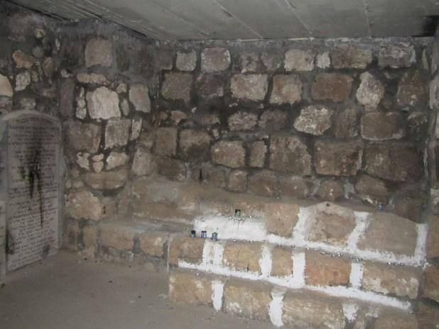 קבר אבן המיוחס_לעזרא בכאבול צילום: ע״י צלם לא ידוע