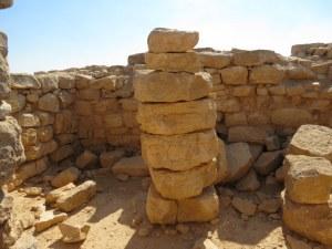 מבנה מגדל עם עמודים עשויים חוליות