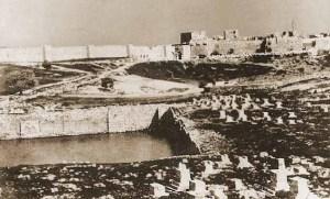 שטח ממילא טרם בניית השכונה, 1854. בקדמת התמונה בריכת ממילא ובית הקברות ממילא, ומאחוריהם השטח עליו נבנתה השכונה.