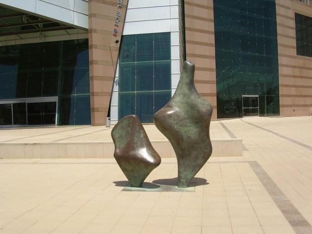 """הפסל """"אם וילד"""" של יעל ארצי בחזית היכל התרבות בבאר שבע צילום:ד""""ר אבישי טייכר"""