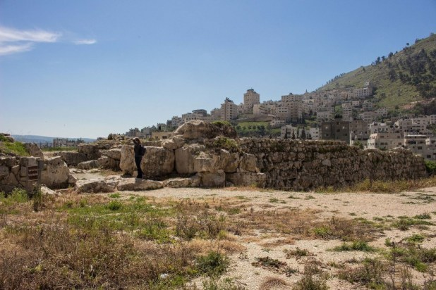 קיר ושער באתר תל בלאטה צילום: TrickyH