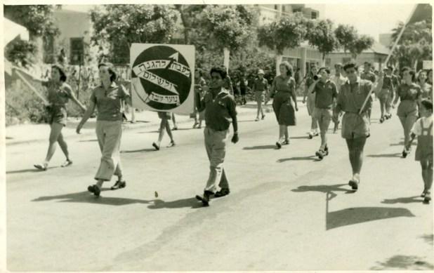 תהלוכת הנוער העובד באחד במאי בשנות החמישים