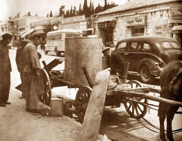 חלוקת מים בירושלים בעת המצור צלם לא ידוע