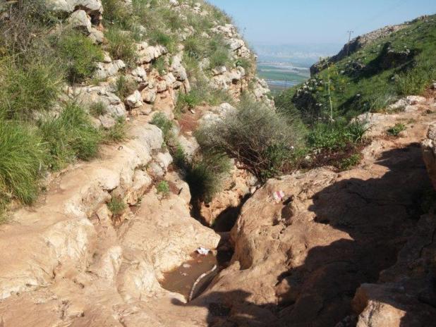 מגלשות סלע אתגריות בנחל יצפור, הרי גלעד באופק צילום: Anatavital